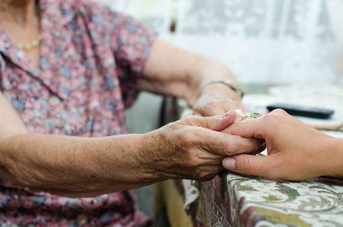 Al hacer el testamento un anciano legó todos sus bienes a la dueña de residencia