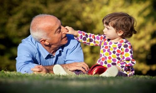 Realizar testamento te permite beneficiar legalmente a tus nietos