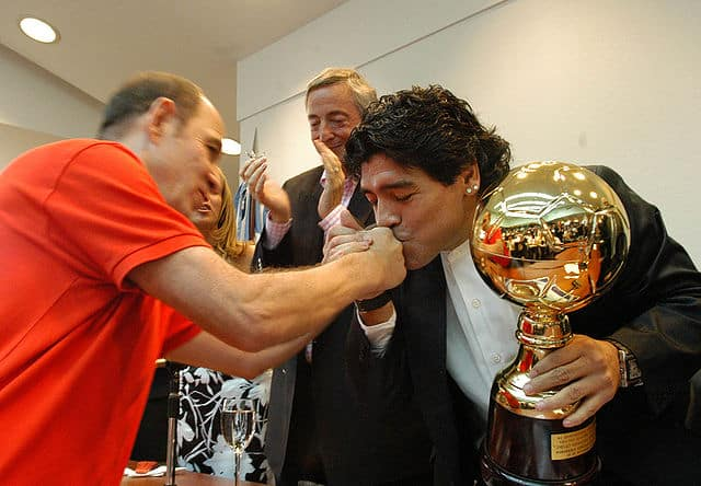 Diego Maradona hizo revocar testamento que beneficiaba a sus hijas